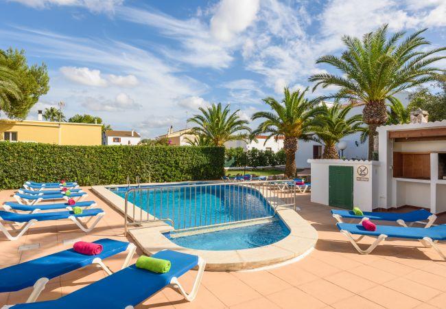Apartamento en Cala Blanca - Apartamento tipo duplex con piscina y barbacoa comunitaria.