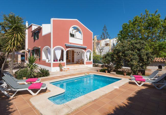 Villa en Ciutadella de Menorca - Cómoda villa privada en la urbanización de Calan Blanes, situada en zona residencial muy tranquila. Piscina privada.
