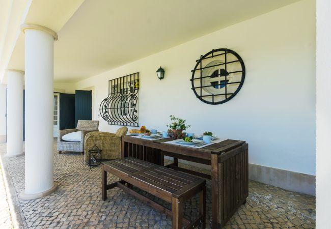 Villa en Palmela - Encantadora villa en Palmela con vistas a la piscina y a la montaña, fácil acceso a la playa y wifi gratuito