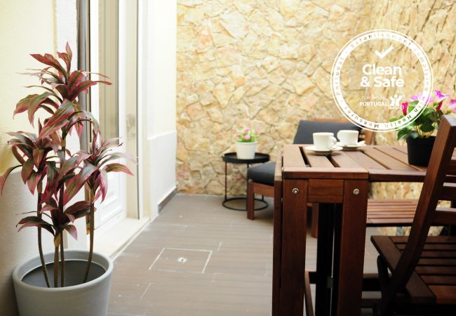 Apartamento em Lisboa - Apartamento confortável, totalmente equipado, rés do chão com pátio exterior, muito perto do centro de Lisboa.