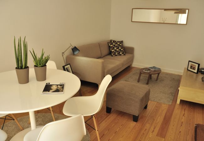 Apartment in Lisbon - Comfortable, fully air-conditioned apartment with outdoor patio. For 4 people.