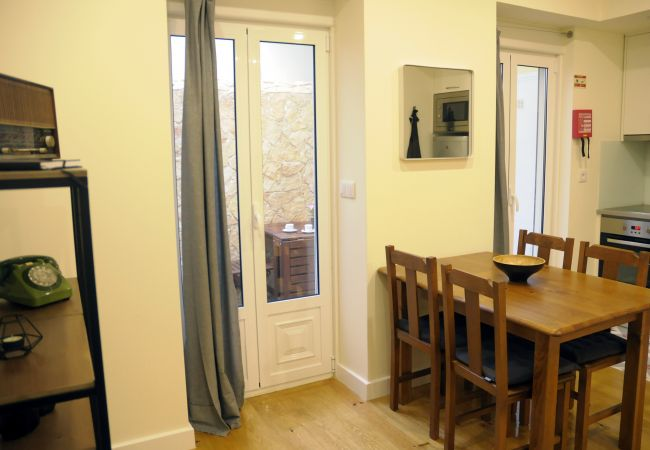 Apartment in Lisbon - Comfortable apartment, fully equipped, ground floor with outdoor patio, very close to the center of Lisbon.