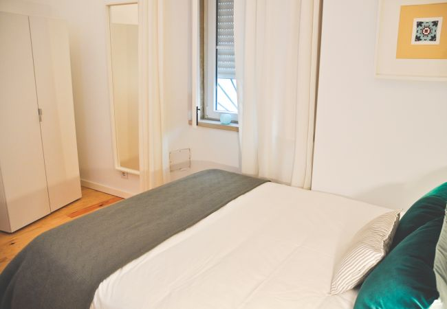 Apartment in Lisbon - Comfortable apartment, fully equipped, ground floor, very close to the center of Lisbon.