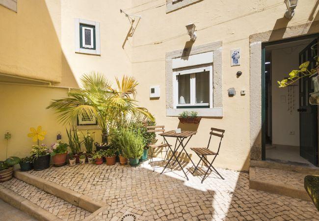 Nice patio in a duplex apartment in the Ajuda neighborhood